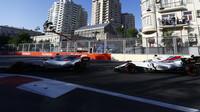 Felipe Massa a Lance Stroll v závodě v Baku