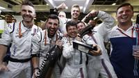 Mechanici Williams a jejich radost po závodě v Baku