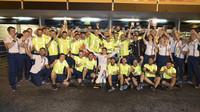 Lance Stroll se raduje z třetího místa se svým týmem Williams po závodě v Baku