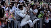 Lance Stroll se raduje z třetího místa se svými mechaniky po závodě v Baku