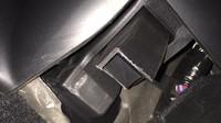 Další případ ulomeného pedálu Tesly model S se objevil na Facebooku