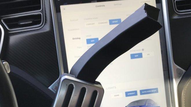 Ulomený plastový pedál Tesly Model S