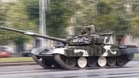 Tank T-72 běloruské armády dostal během nácviku přehlídky smyk