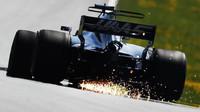 Romain Grosjean jiskří při pátečním tréninku v Rakousku