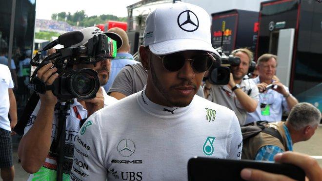 Lewis Hamilton před 2. tréninkem