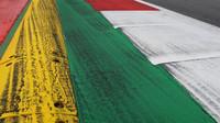 První zátačka po startu na trati v Rakousku