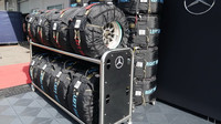 Příprava pneumatik u Mercedesu při pátečním tréninku v Rakousku