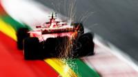 Kimi Räikkönen při rychlém průjezdu přes obrubník v Rakousku