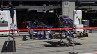 Přípravy v pitlane týmu Sauber při pátečním tréninku v Rakousku