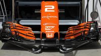 Detailní pohled na přední křídlo vozu McLaren MCL v Rakousku