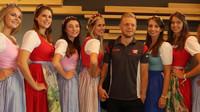 Sobotní přípravy a focení s pitbabes nevynechal ani Kevin Magnussen v Rakousku