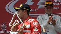 Sebastian Vettel se svou trofejí po závodě v Rakousku