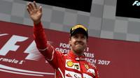 Sebastian Vettel na pódiu po závodě v Rakousku