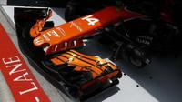 Přední křídlo vozu McLaren před závodem v Rakousku