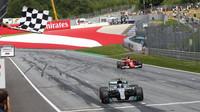 Valtteri Bottas jako vítěz v závodě v Rakousku