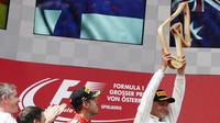 Valtteri Bottas se svou vítěznou trofejí na pódiu po závodě v Rakousku