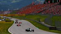 Valtteri Bottas v čele závodu v Rakousku