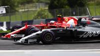 Kimi Räikkönen předjíždí Romaina Grosjeana v závodě v Rakousku