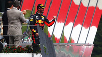 Daniel Ricciardo se raduje na póidu po závodě v Rakousku