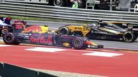 Max Verstappen ukončil závod po kolizi s Daniilem Kvjatem a Fernandem Alonsem hned po startu v Rakousku