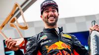 Daniel Ricciardo se svou trofejí na pódiu po závodě v Rakousku
