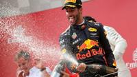 Daniel Riccirado si úžívá shampain na pódiu po závodě v Rakousku