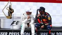 Valtteri Bottas a Daniel Ricciardo si vyprávějí zážitky na pódiu po závodě v Rakousku