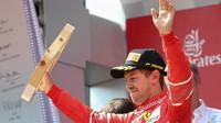 Sebastian Vettel se svou trofejí na pódiu po závodě v Rakousku