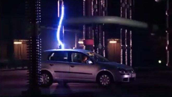 Volkswagen Golf zasažený bleskem
