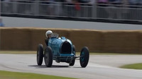 """Pohled na """"driftující"""" Bugatti Type 35B je skutečně fascinující"""