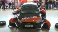 Parta německých mechaniků zvládla přezout automobil bez nářadí za necelou minutu