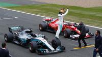 Lewis Hamilton se raduje z pole position v Silverstone