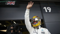 Lewis Hamilton se raduje z pole position v kvalifikaci v Silverstone