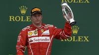 Kimi Räikkönen se svou trofejí po závodě v Silverstone