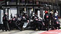 Romain Grosjean v závodě v Silvestone