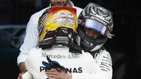 Valtteri Bottas gratuluje Lewisovi Hamiltonovi k vítězství v závodě v Silverstone