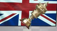 Zlatý pohár Lewise Hamiltona po závodě v Silverstone