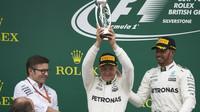 Valtteri Bottas a Lewis Hamilton na pódiu po závodě v Silverstone