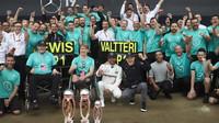 Tým Mercedes slaví vítězství v Silverstone