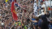 Lewis Hamilton se raduje z vítězství po závodě v Silverstone