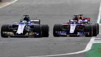 Marcus Ericsson a Daniil Kvjat v závodě v Silverstone