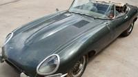 Jaguar E-Type z roku 1963 sice není v nejlepší kondici, ovšem dochoval se v originálním stavu
