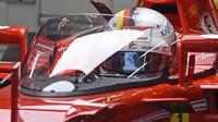 Sebastian Vettel při testu nové ochrany kokpitu během 1. tréninku v Silverstone