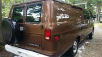 Dodávka Dodge Ram Van, kterou používala FBI ke sledovacím operacím
