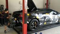 Vyměnit olej v Lamborghini Gallardo je snadné, zvládne to i pětileté dítě