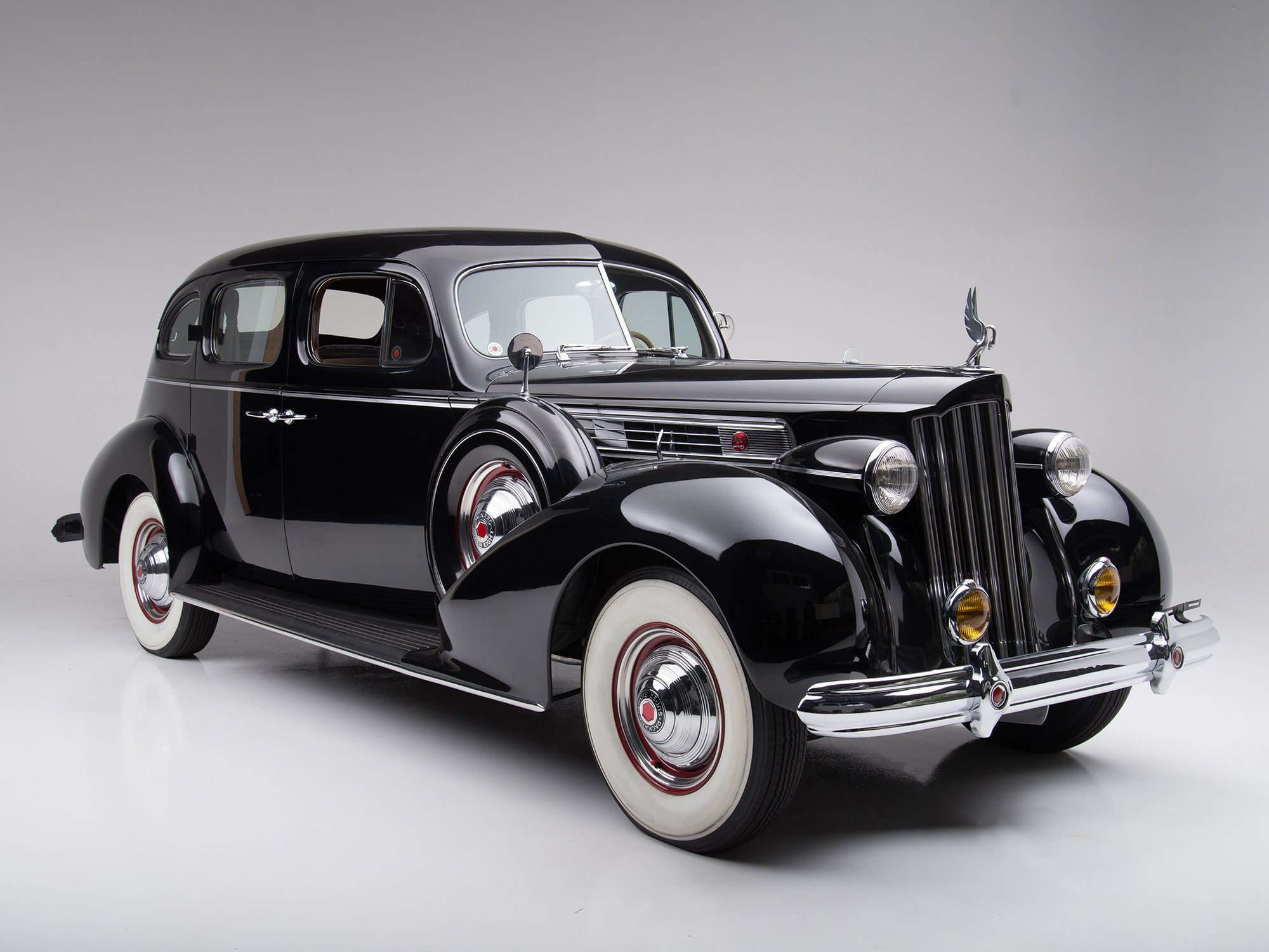 Jedněmi z prvních vozů vybavených klimatizací byly automobily značky Packard, jako například tento Packard Super Eight z roku 1939