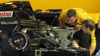 Mechanici Renaultu při kontrole převodovky