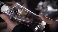 """Suchý Gin """"The Archeologist"""" obsahuje součástky z historických motorek Harley Davidson"""