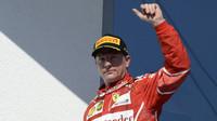 Kimi Räikkönen na pódiu po  závodě v Maďarsku