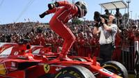 Sebastian Vettel jako vítěz po závodě v Maďarsku